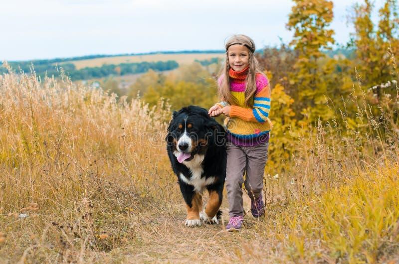 funzionamento della ragazza con il grande cane immagini stock libere da diritti