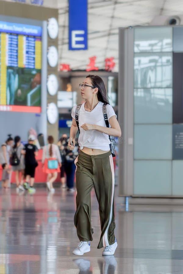 Funzionamento della ragazza dentro l'aeroporto capitale di Pechino, terminale 3 fotografia stock libera da diritti