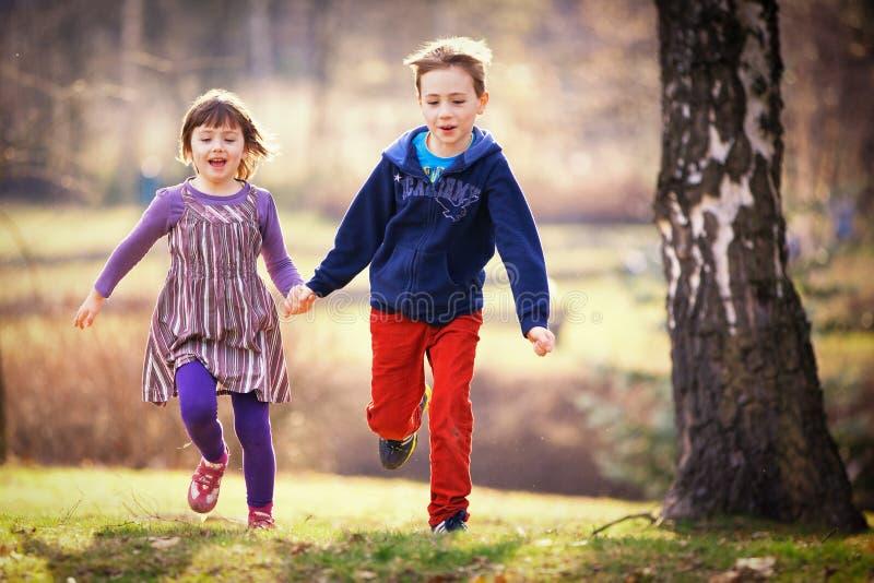 Funzionamento della sorella e del fratello fotografie stock libere da diritti