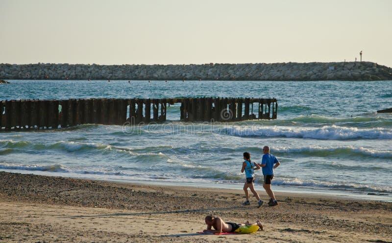 Funzionamento della spiaggia fotografie stock