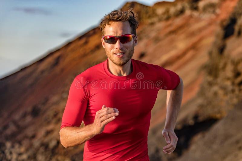 Funzionamento della traccia del corridore dell'atleta in natura delle montagne Di sport di forma fisica traccia attiva ultra, add fotografie stock
