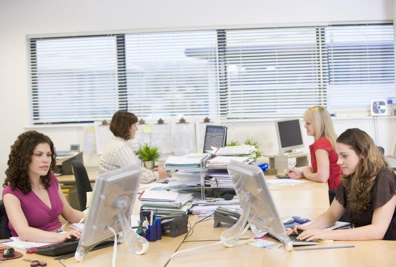 funzionamento delle donne dell'ufficio fotografie stock libere da diritti