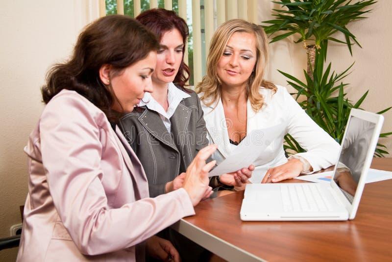 Funzionamento delle donne di affari immagini stock libere da diritti