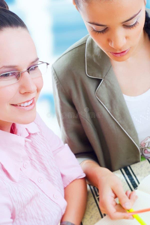 Funzionamento delle due un giovane donne di affari immagine stock