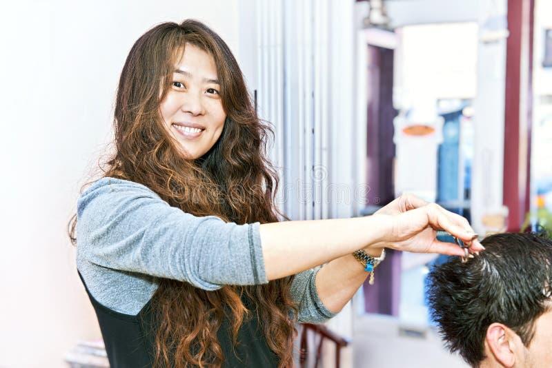 Funzionamento dello stilista di capelli fotografie stock