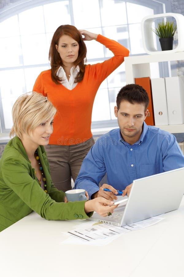 Funzionamento di Businessteam immagine stock