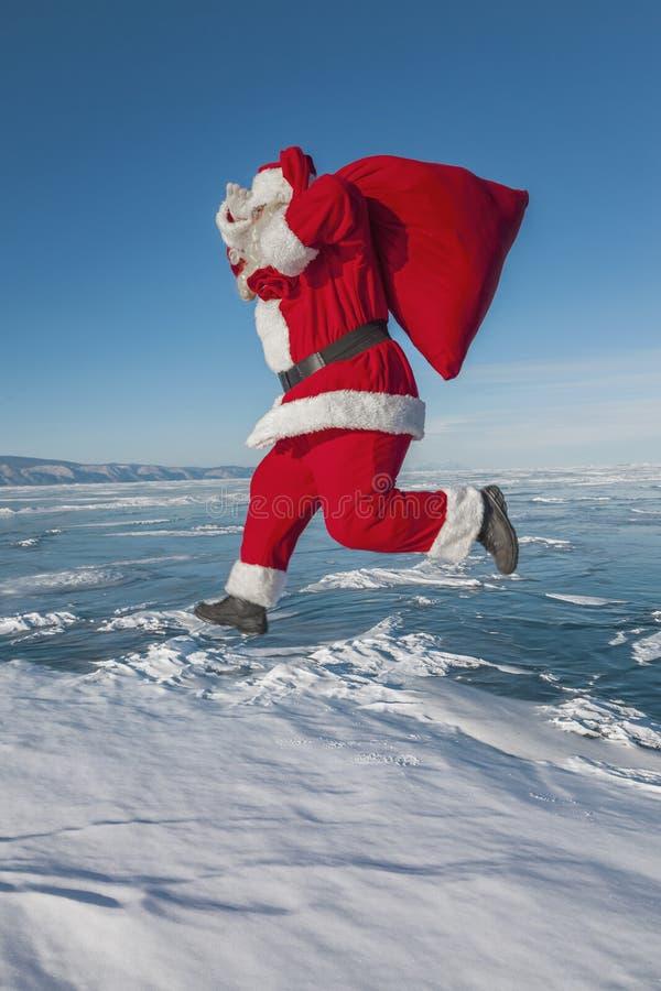 Funzionamento di Santa Claus nell'inverno fotografie stock libere da diritti