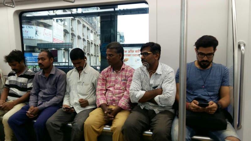 Funzionamento e pendolari del treno della metropolitana di Mumbai che si siedono & che stanno nella metropolitana fotografia stock libera da diritti
