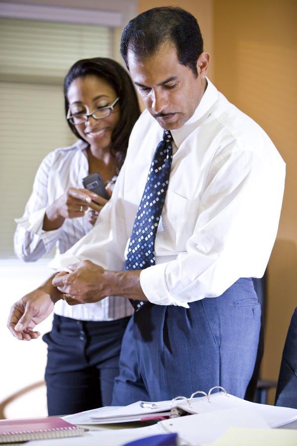 funzionamento etnico della donna di affari dell'uomo d'affari multi immagine stock