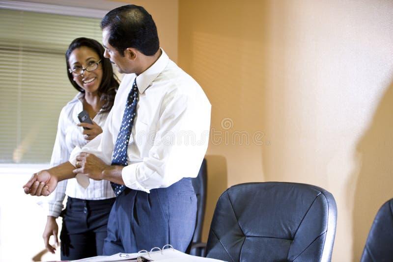 funzionamento etnico della donna di affari dell'uomo d'affari multi fotografie stock