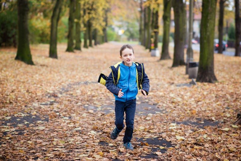 Funzionamento felice del ragazzino fotografie stock