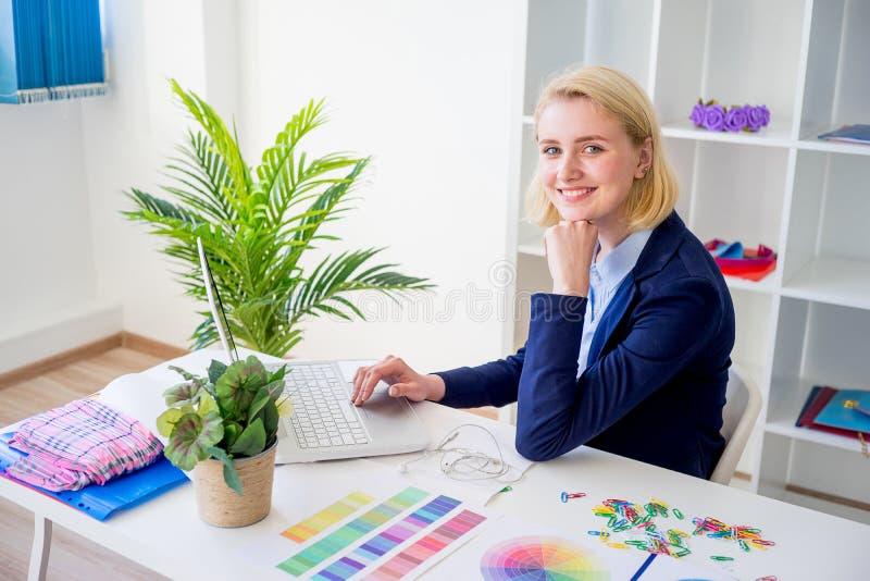 Funzionamento femminile del progettista immagine stock libera da diritti