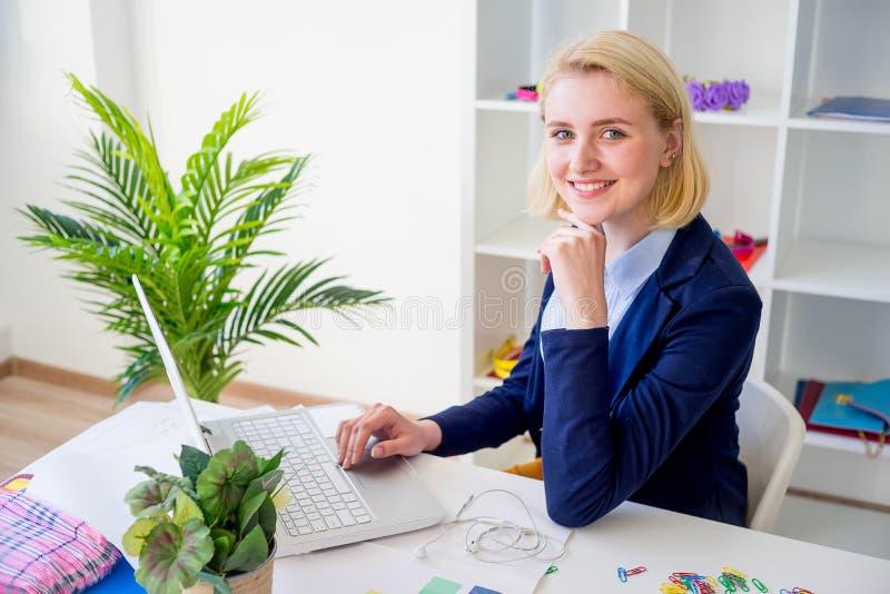 Funzionamento femminile del progettista fotografia stock libera da diritti