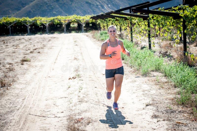 Funzionamento femminile del triathlete fotografia stock libera da diritti