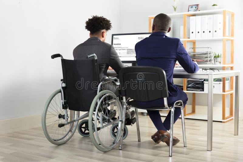 Funzionamento fisicamente alterato di With His Partner dell'uomo d'affari immagini stock