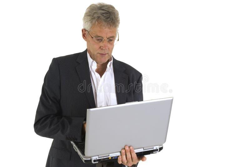 Funzionamento maggiore con il computer portatile immagini stock libere da diritti