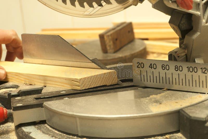 Funzionamento, martello, metro e cacciavite del carpentiere fotografia stock libera da diritti