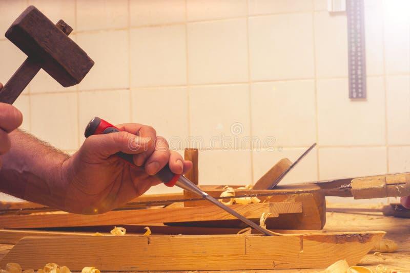 Funzionamento, martello, metro e cacciavite del carpentiere su costruzione fotografie stock libere da diritti
