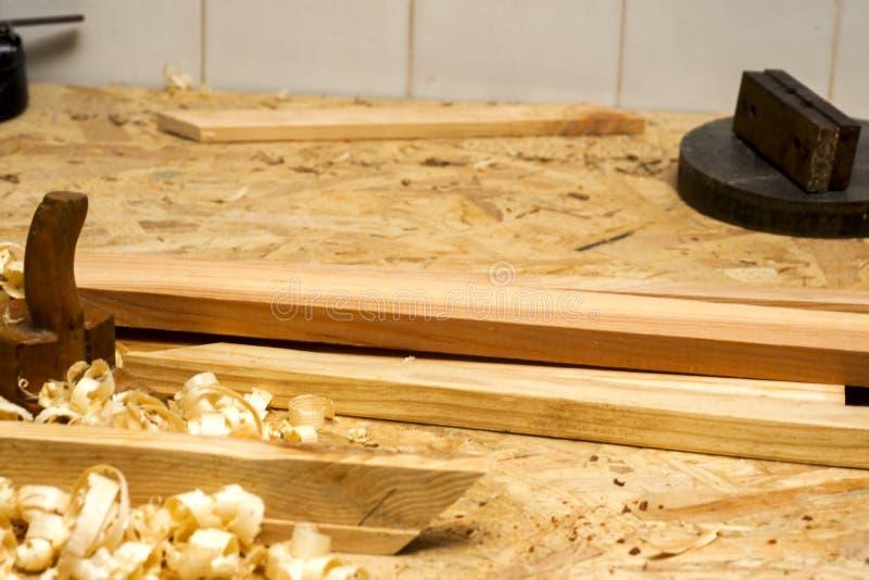 Funzionamento, martello, metro e cacciavite del carpentiere sul fondo della costruzione fotografia stock