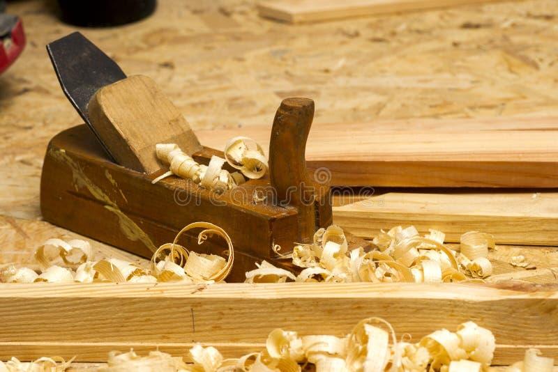 Funzionamento, martello, metro e cacciavite del carpentiere sul fondo della costruzione fotografia stock libera da diritti