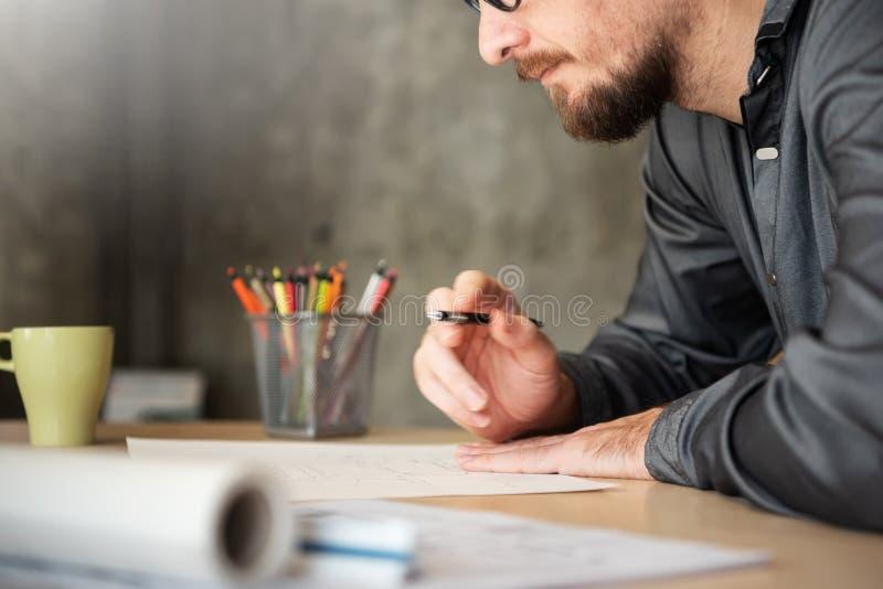 Funzionamento maschio concentrato di Designer dell'architetto fotografia stock libera da diritti