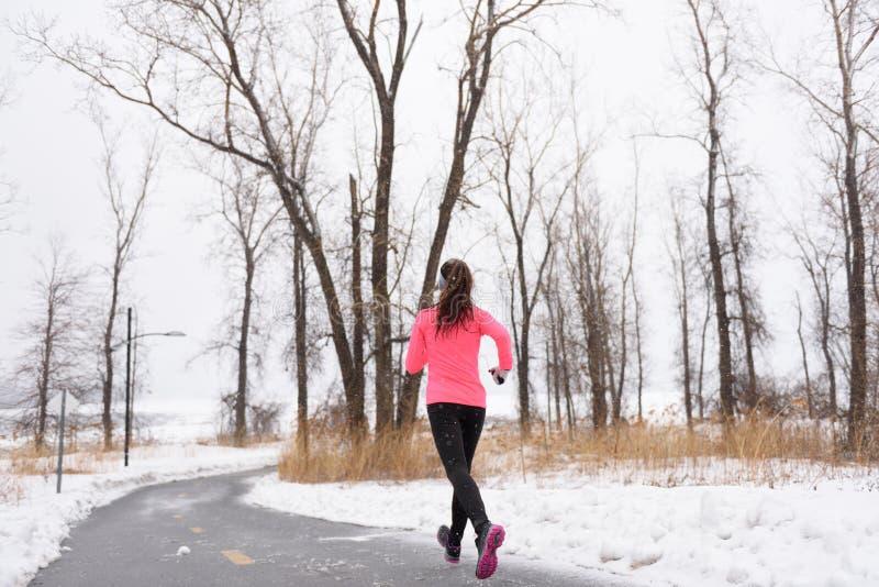 Funzionamento nella neve di inverno - stile di vita attivo del corridore fotografia stock libera da diritti