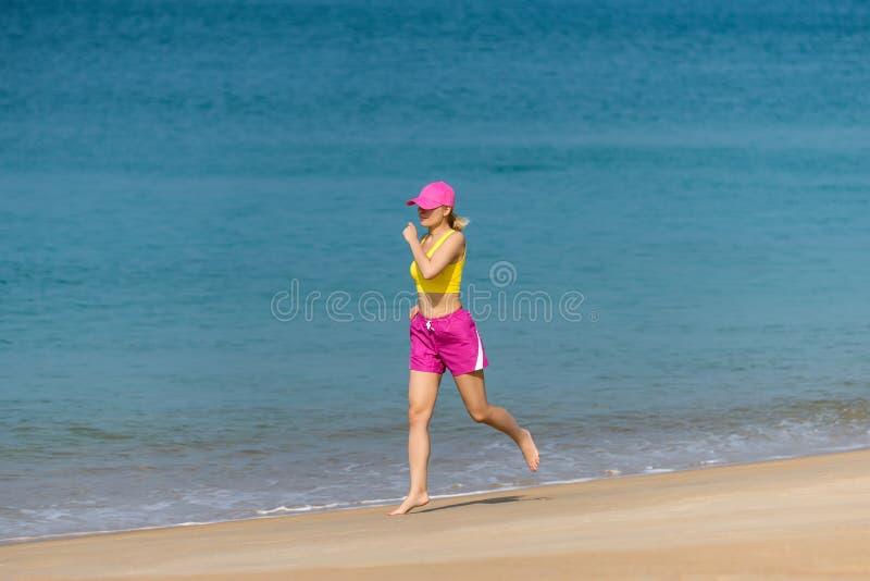 Funzionamento sano della donna sulla spiaggia. fotografie stock libere da diritti