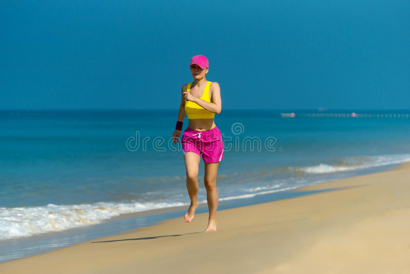 Funzionamento sano della donna sulla spiaggia. immagini stock libere da diritti