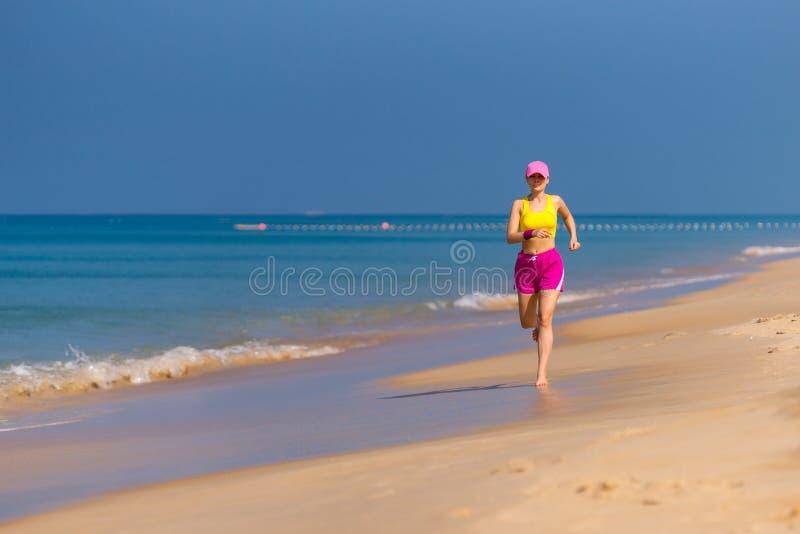 Funzionamento sano della donna sulla spiaggia. fotografia stock libera da diritti