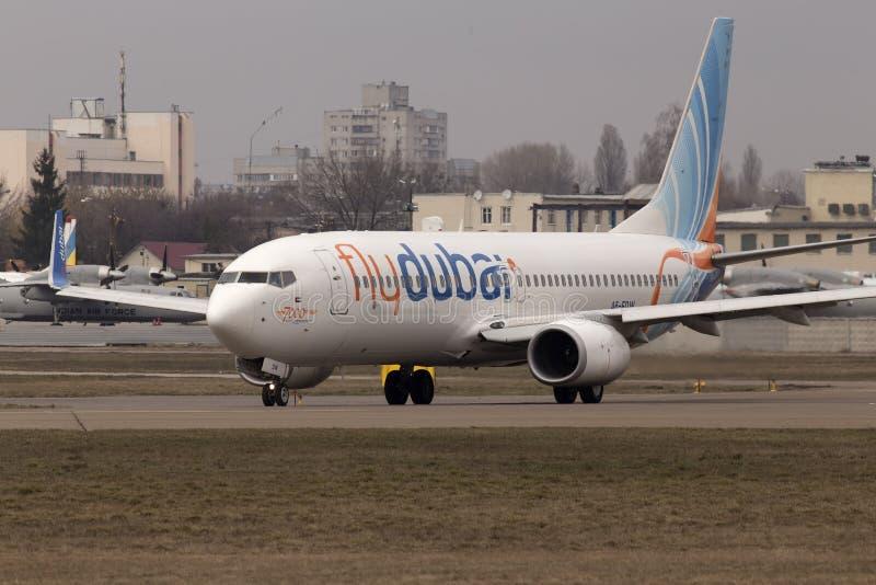 Funzionamento seguente degli aerei di GEN di Flydubai Boeing 737 sulla pista fotografia stock libera da diritti