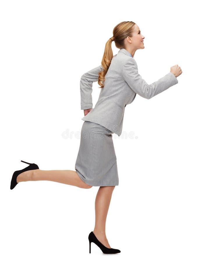 Funzionamento sorridente della donna di affari immagini stock libere da diritti