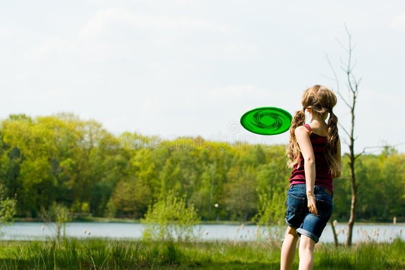 Funzionando al frisbee fotografia stock libera da diritti