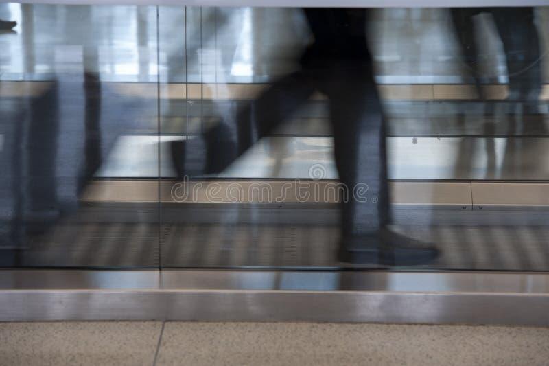 Funzionando attraverso l'aeroporto fotografia stock libera da diritti