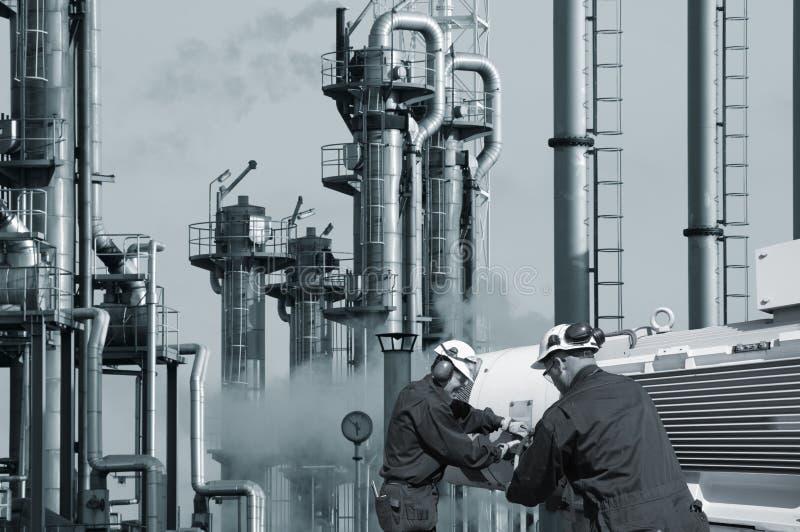 Funzionando con la raffineria del gas e del petrolio fotografie stock