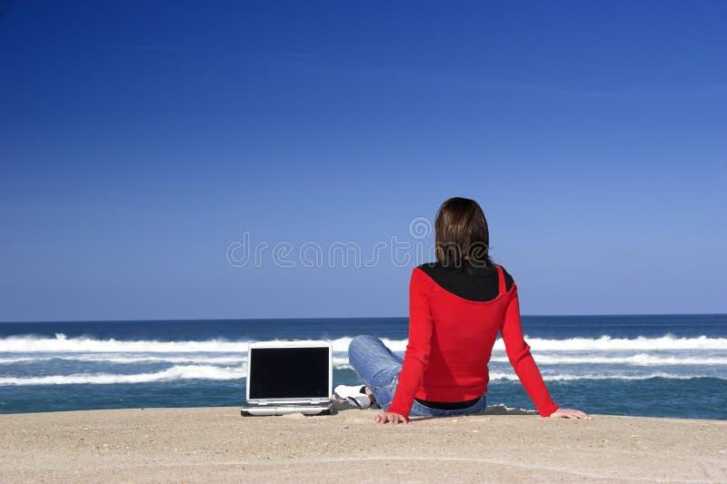 Funzionando con un computer portatile fotografia stock libera da diritti