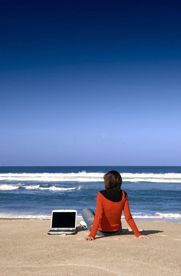 Funzionando con un computer portatile immagine stock libera da diritti