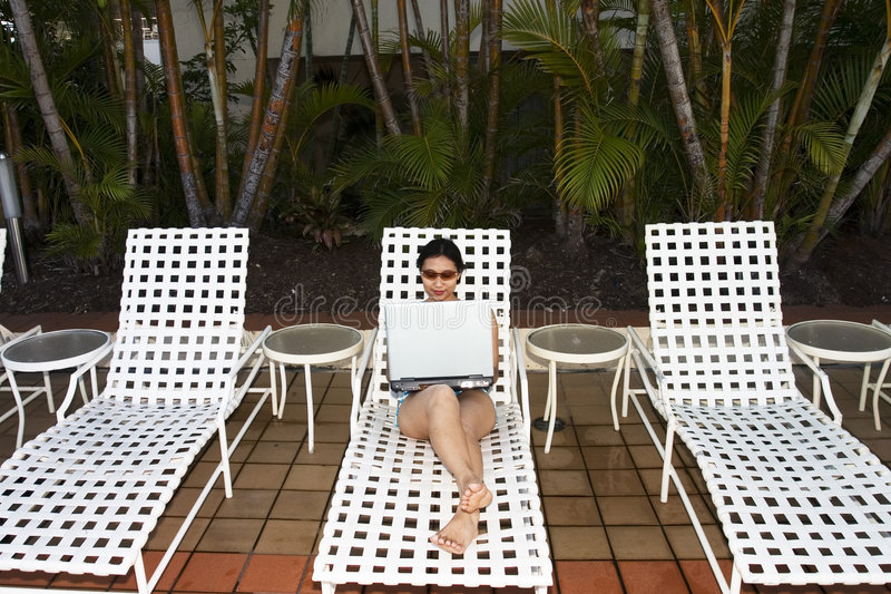 Funzionando dalla piscina fotografia stock libera da diritti