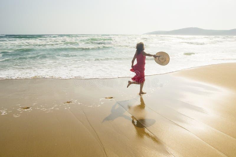 Funzionando lungo la spiaggia immagini stock libere da diritti