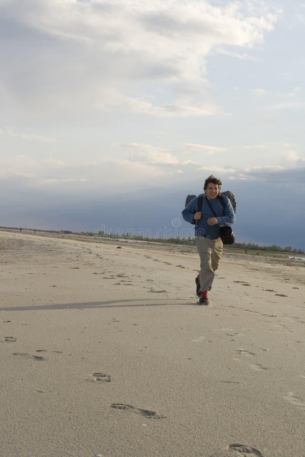 Funzionando lungo la spiaggia fotografia stock