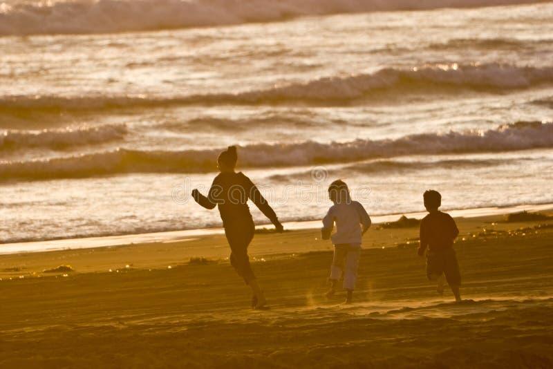 Funzionando sulla spiaggia fotografia stock