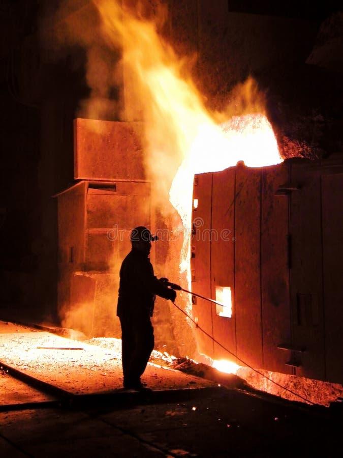 Funzionando in una fabbrica d'acciaio fotografia stock