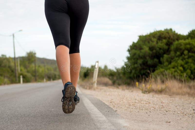 Funzionare dei piedini dell'atleta fotografie stock