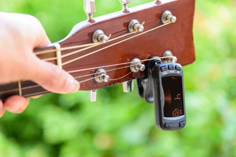 Funzione del metronomo di uso in sintonizzatore digitale della chitarra fotografie stock