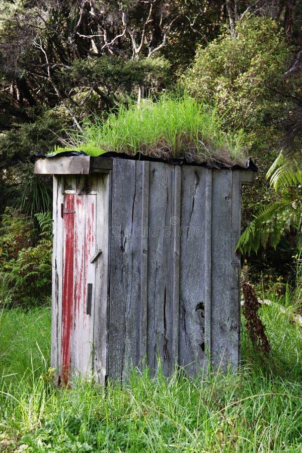 Funzioni giù il outhouse fotografia stock