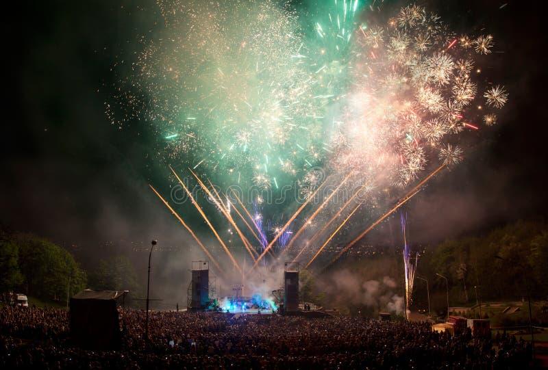 Fuochi d'artificio ad un concerto. immagini stock