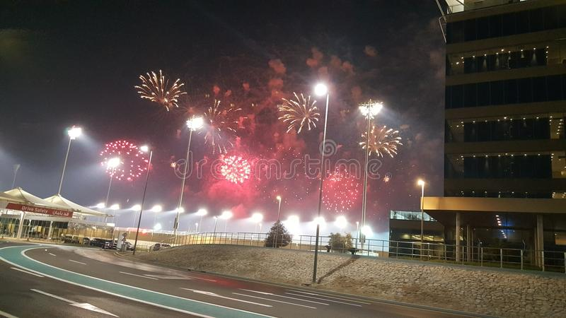 Fuochi d'artificio ai punti di Yas Marina Circuit Red ed agli arricciamenti bianchi fotografie stock
