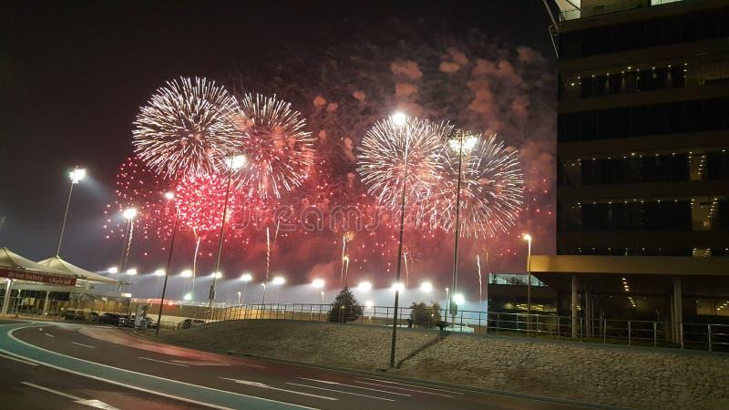 Fuochi d'artificio ai punti di Yas Marina Circuit Red ed agli arricciamenti bianchi fotografia stock libera da diritti