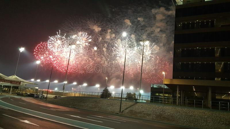Fuochi d'artificio ai punti ed al fumo rossi degli arricciamenti di Yas Marina Circuit White fotografia stock