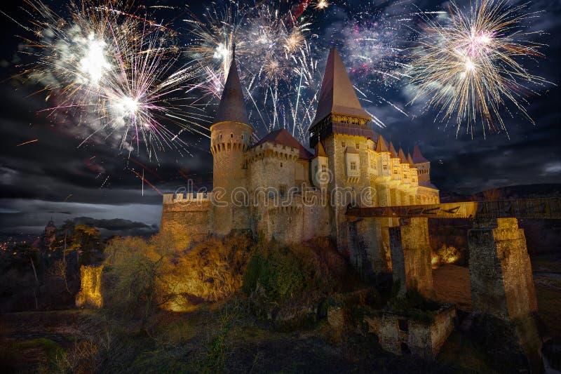 Fuochi d'artificio al castello di Corvin in Hunedoara fotografie stock libere da diritti