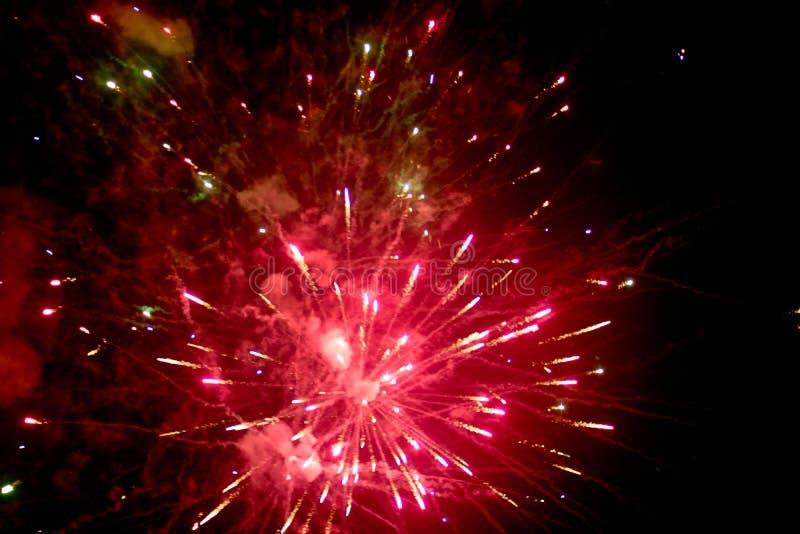 Fuochi d'artificio alla notte nel cielo 12 immagine stock